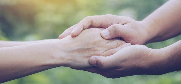 Hände die sich gegenseitig halten.