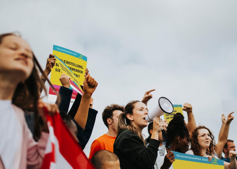 Lehrer protestieren mit Plakaten der Gewerkschaft für Erziehung und Bildung